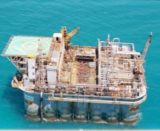 Plataforma Submersível •⠀⠀⠀⠀⠀⠀⠀⠀⠀⠀⠀⠀⠀⠀⠀⠀⠀⠀ Estrutura montada sobre um flutuador; •⠀⠀⠀⠀⠀⠀⠀⠀⠀⠀⠀⠀ Utilizadas em águas rasas (cerca de 30m) e calmas, com o fundo de apoio macio pouco acidentado; • Deslocadas por Rebocadores; • Ao chegar na locação são lastreadas até seu casco atingir o fundo do mar. •⠀⠀⠀⠀⠀⠀⠀⠀⠀⠀⠀⠀⠀⠀⠀⠀⠀⠀⠀⠀⠀⠀⠀⠀⠀⠀⠀⠀⠀ From: @eng.thalytalima ⠀⠀⠀⠀⠀⠀⠀⠀⠀⠀⠀⠀⠀⠀⠀⠀⠀⠀ •⠀⠀⠀⠀⠀⠀⠀⠀⠀⠀⠀⠀⠀⠀⠀⠀⠀⠀ #portaldopetroleiro#engenhariadepetroleo #oleo #gas#oilandgas#engenharia#petroleo#oilandgasindustry#oilfield#oilfieldlife#energyindustry#drillingrig#spe#thunderhorse#bp#oilfieldtrash#drillbabydrill#offshore#engineering#petroleumengineering#oilpatch #safety#brent #wti#petroleum#oil #gasolina #diesel #brasil #elevacaoartificial