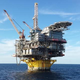 Plataforma SPAR: • A Spar é uma plataforma com uma estrutura que contem um único corpo cilíndrico e oco, similar a uma grande bóia, podendo ainda ter uma estrutura de treliça complementar. •⠀⠀⠀⠀⠀⠀⠀⠀⠀⠀⠀⠀⠀⠀⠀⠀⠀⠀ Incorporam o conceito de boias cilíndricas operando verticalmente; • Utilizadas em lâminas d'Água de até 900m; • Exploração em águas profundas (1650 metros); Possui maior estabilidade; Uso de risers rígidos; Completação seca; • Armazena grandes volumes de óleo; •  From: @eng.thalytalima •⠀⠀⠀⠀⠀⠀⠀⠀⠀⠀⠀⠀⠀⠀⠀⠀⠀⠀⠀⠀⠀⠀⠀⠀⠀⠀⠀⠀⠀⠀⠀⠀⠀ #portaldopetroleiro#engenhariadepetroleo #oleo #gas#oilandgas#engenharia#petroleo#oilandgasindustry#oilfield#oilfieldlife#energyindustry#drillingrig#spe#thunderhorse#bp#oilfieldtrash#drillbabydrill#offshore#engineering#petroleumengineering#oilpatch #safety#brent #wti#petroleum#oil #gasolina #diesel #brasil #elevacaoartificial
